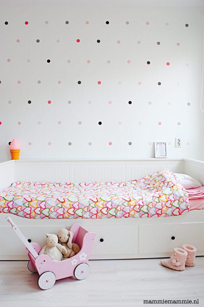 Meisjeskamer met roze tinten