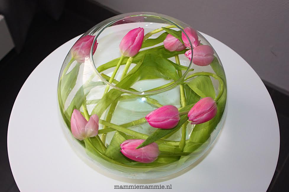 bloemen in ronde vaas