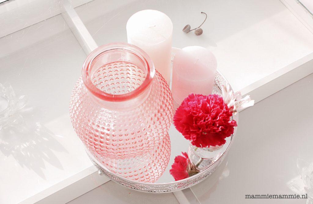 roze in woonkamer