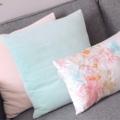 sierkussen met lichte kleuren woonkamer
