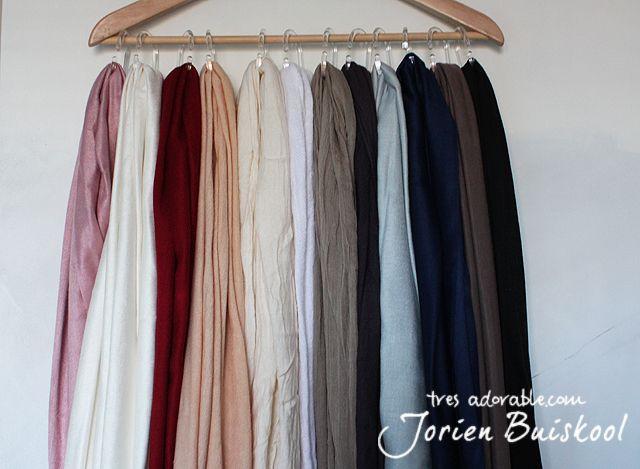 hoofddoeken ophangen in de kast