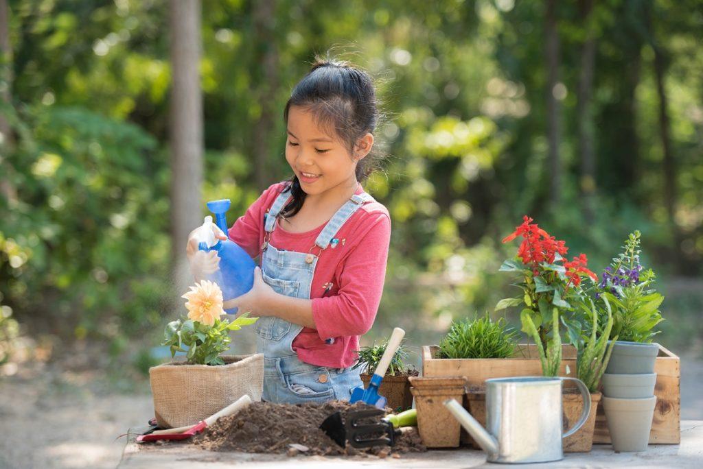 kinderen in tuin